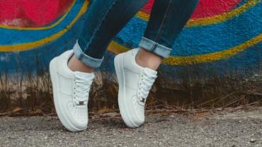 Witte sneakers onderhouden
